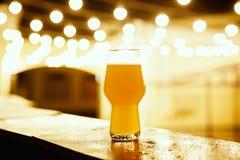 一杯在灯笼背景的卡拉服特啤酒  库存图片