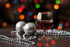 一杯在石头的酒在海滩 免版税库存图片