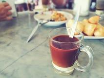 一杯在被弄脏的背景-侧视图的泰国传统饮料 免版税图库摄影