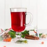 一杯在轻的背景的炽热被仔细考虑的酒 看板卡圣诞节招呼的新年度 免版税图库摄影