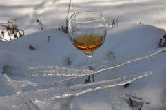 一杯在雪的酒 库存照片