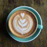 一杯在顶视图的平的加奶咖啡 免版税库存照片