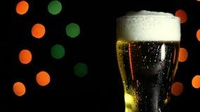 一杯在黑色背景的冰镇啤酒 HD 股票录像