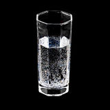 一杯在黑背景的纯净的闪耀的矿泉水 图库摄影