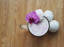 一杯奶昔用在木背景和燕麦粥和蛋白软糖隔绝的香蕉 免版税图库摄影