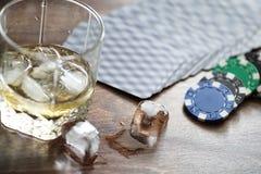一杯威士忌酒和冰在桌上 免版税库存照片
