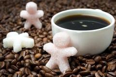 以一杯小的人和咖啡的糖的形式,水平 免版税库存图片
