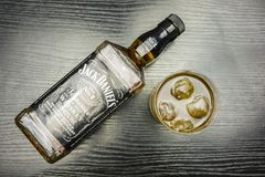 一杯杰克丹尼尔与冰的` s田纳西威士忌酒 从a的看法 库存照片