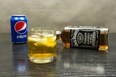一杯杰克丹尼尔与冰的` s田纳西威士忌酒 在后面 免版税图库摄影