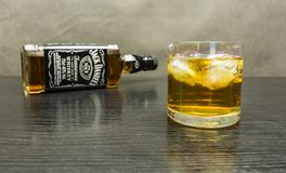 一杯杰克丹尼尔与冰的` s田纳西威士忌酒 免版税库存照片