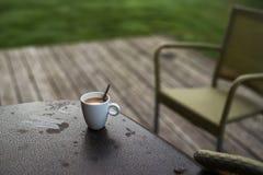 一杯热的咖啡在一个冷的早晨 库存图片