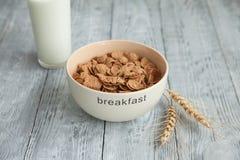一杯牛奶用谷物和剥落一顿健康早餐或快餐的 库存图片