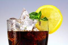 一杯的上面可乐或焦炭与冰块、柠檬切片和p 免版税图库摄影
