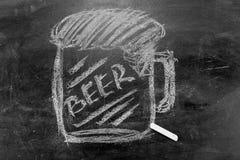 一杯的图片与白垩的啤酒在黑板 免版税库存图片