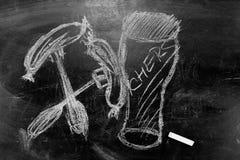 一杯的图片与白垩的啤酒在黑板 免版税库存照片