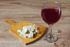 一杯红葡萄酒和干酪 免版税库存照片