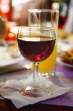 一杯红葡萄酒在桌上 库存照片