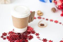 一杯纸咖啡,薄荷上等咖啡,显示与在白色背景的圣诞节装饰 免版税库存照片