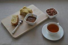 一杯茶与黄油蛋糕的 免版税库存图片