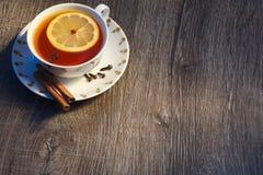 一杯茶在早晨太阳的 免版税图库摄影