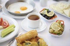 一杯茶在早餐桌的 免版税图库摄影