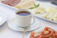 一杯茶在早餐桌的 免版税库存照片