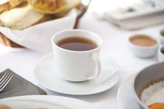 一杯茶在早餐桌的 免版税库存图片