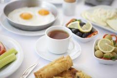 一杯茶在早餐桌的 库存照片