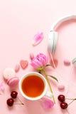 一杯茶妇女、蛋白杏仁饼干、花和甜点的 免版税库存照片