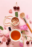一杯茶妇女、蛋白杏仁饼干、花和甜点的 免版税图库摄影