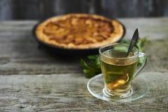一杯茶用在土气木bac的自创苹果柑橘饼 库存照片