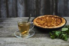 一杯茶用在土气木bac的自创苹果柑橘饼 免版税库存图片