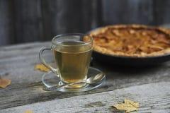 一杯茶用在土气木bac的自创苹果柑橘饼 免版税图库摄影