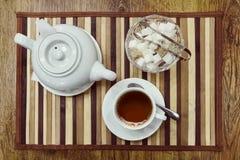 一杯茶的顶视图、茶壶和糖 免版税图库摄影