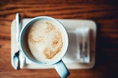 一杯蓝色葡萄酒咖啡在木桌上的拿铁 库存照片