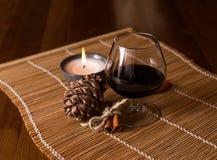 一杯酒,桂香,杉木锥体 免版税库存图片