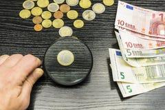 一枚欧洲硬币通过放大镜 免版税图库摄影