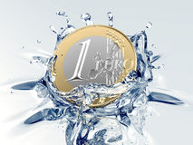 一枚欧洲硬币落入水 库存照片
