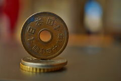 一枚金属欧洲硬币的宏观细节在专栏的被创造硬币用正面温暖的背景 免版税库存图片