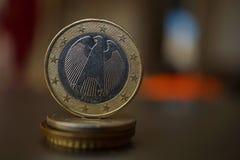 一枚金属欧洲硬币的宏观细节在专栏的被创造硬币用正面温暖的背景 库存照片
