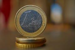 一枚金属欧洲硬币的宏观细节在专栏的被创造硬币用正面温暖的背景 库存图片