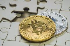 一枚金黄和银色bitcoin硬币的精选的焦点关闭 Cryptocurrency 缺掉七巧板片断 到达天空的企业概念金黄回归键所有权 库存照片