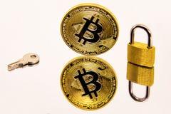一枚cryptocurrency bitcoin硬币的概念性图象白色镜子表面上的与一把金黄挂锁和钥匙 免版税库存图片