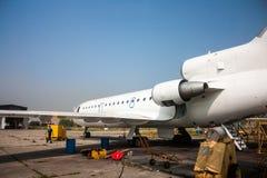 一架乘客飞机的前面的特写镜头有一门户开放主义的在航空技术基地 免版税图库摄影