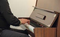 一架使用的钢琴的手 库存图片