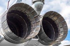 一架军事战斗机的飞机发动机的巨大的涡轮 库存图片
