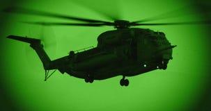 一架军用直升机的夜视英尺长度在夜救助任务的 股票视频