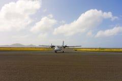 一架包机到达的飞机在石榴汁糖浆的一个机场 免版税库存照片