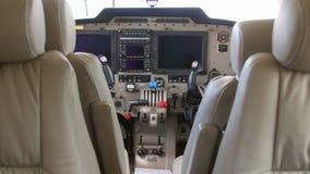一架双引擎飞机的内部在试验飞行期间的 库存照片