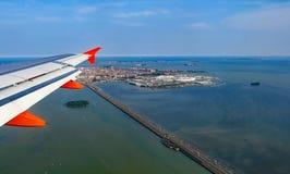 一架喷气式客机的翼在威尼斯自由桥梁的  免版税库存图片